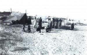 Campement sur la plage en 1920. Col. Alain carles - 010.1.17 P